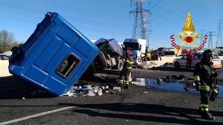 Incidente sull'Autostrada A8 a Milano, tir sfonda guardrail: le condizioni dei sei feriti