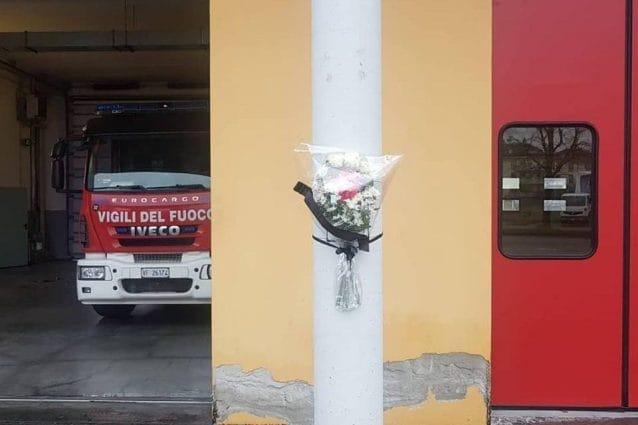 L'omaggio reso a Stefano Colasanti all'esterno della caserma dei vigili del fuoco di Rho (foto Facebook)