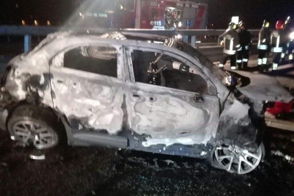 Una delle auto incendiate – Foto dei Vigili del Fuoco