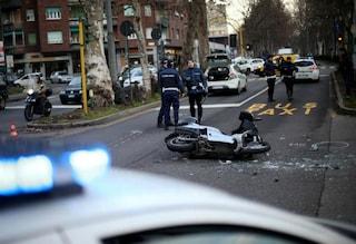 Milano, incidente in viale Cassala: carabiniere cade dalla moto e si schianta sull'asfalto. È grave