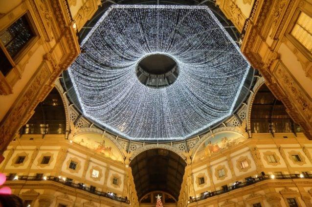 La volta illuminata della Galleria Vittorio Emanuele II a Milano (LaPresse)