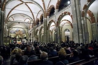 """Balaustra di marmo cede in chiesa durante la """"Lavanda dei piedi"""": tre bambini feriti ad Aicurzio"""