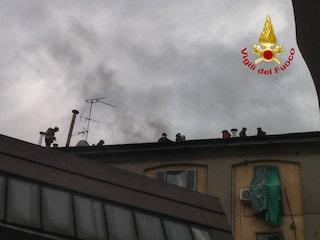 Incendio in via Melzo a Milano: alta colonna di fumo, palazzo evacuato