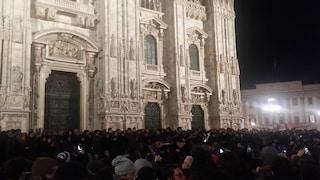"""Milano ricorda Fabrizio De André: folla in piazza Duomo per la """"cantata anarchica"""""""