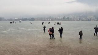 Bergamo, tutti a pattinare sul lago di Endine ghiacciato. Dal Comune nessun divieto
