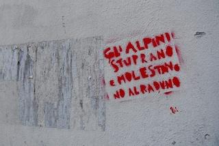 """Milano, spuntano sui muri scritte contro gli alpini: """"Stuprano e molestano. No al raduno"""""""