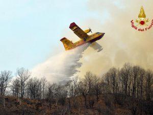I Canadair in azione (Foto Vigili del fuoco)