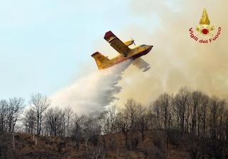 Varese, di nuovo fiamme tra le montagne: bruciano i boschi a Valganna