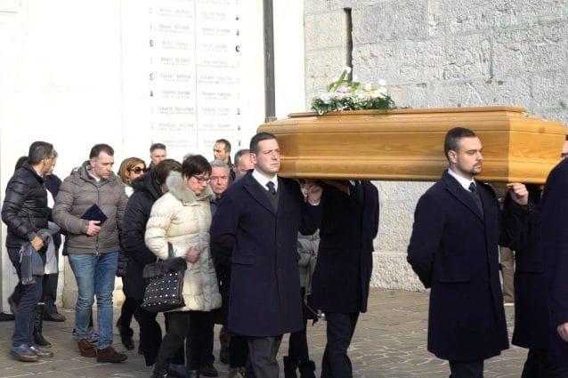 Il feretro di Stefania Crotti all'uscita dalla chiesa di San Rocco a Gorlago
