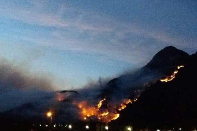 L'incendio nella Valchiavenna vicino a Samolaco (foto del sindaco di Chiavenna Luca Della Bitta)