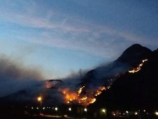 Incendi nei boschi del Comasco e della Valchiavenna: case evacuate, massima allerta