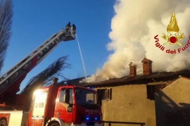 L'incendio nella cascina a Vignate (Foto Vigili del fuoco)