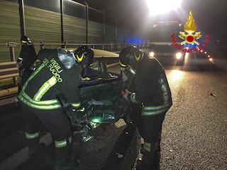 Incidente a Lonato del Garda, auto finisce fuori strada: ragazzo in fin di vita, ferita una ragazza