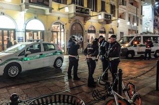 Milano, aggressione in pieno centro: in quattro in zona Ticinese lo picchiano per rubargli la borsa