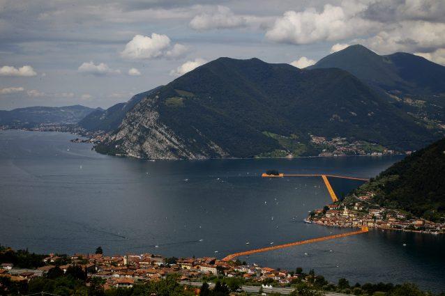 """Monte Isola (sulla destra) nel 2016 durante l'installazione di Christo """"The floating piers"""" (LaPresse)"""