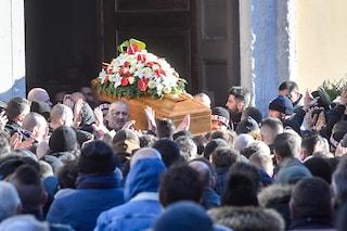 Folla ai funerali di Daniele Belardinelli, tifoso morto a Milano: il saluto degli ultras