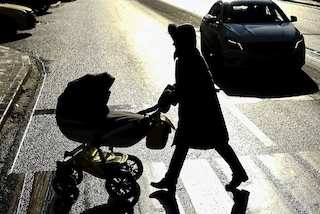 Tragedia sfiorata a Milano: pirata della strada rischia di investire una mamma col passeggino