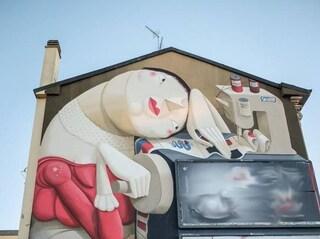 Milano, la pubblicità rischia di coprire il maxi murale su un palazzo: il Comune lo salva