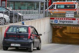 Milano, anziana investita da un camion nel parcheggio del supermercato: è grave