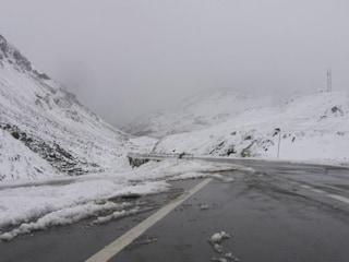 Tormenta di neve a Madesimo (Sondrio): chiuso un tratto della strada statale 36 dello Spluga
