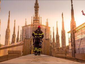 Un momento dell'esercitazione dei vigili in cima al Duomo di Milano