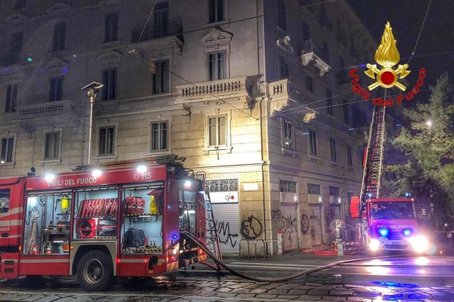I pompieri intervenuti sui Navigli per l'incendio (Foto: Vigili del fuoco)