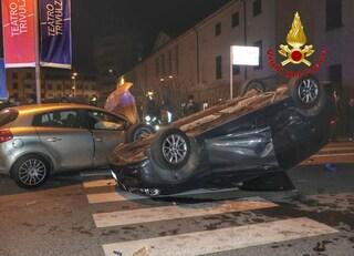 Melzo, spaventoso incidente tra due auto: macchina si ribalta in pieno centro. Ferita 17enne