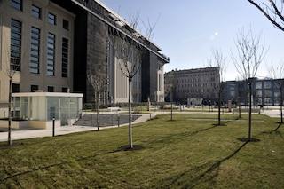 Milano, inaugurata la nuova piazza in zona Monumentale tra ciliegi, erogatori di aromi e un'arpa