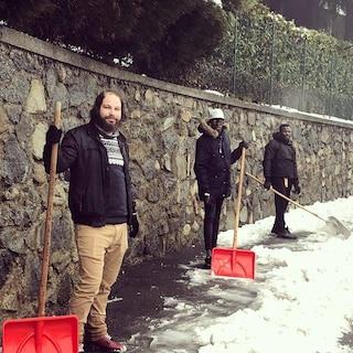 """Santa Maria Hoè, richiedenti asilo aiutano il sindaco a spalare la neve: """"Pronti a dare una mano"""""""