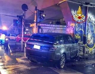 Milano, incidente stradale tra due auto in viale Certosa: tre feriti