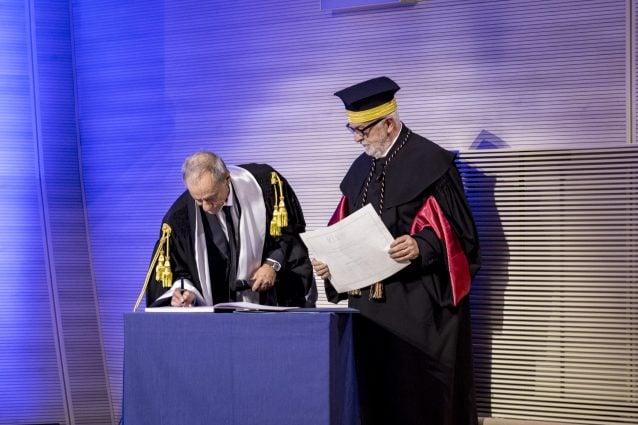 Il rettore Gianni Canova e il cantautore e professore Roberto Vecchioni (Foto IULM Communication)