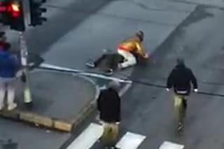 Milano, uomo accoltellato in strada: la scena viene ripresa dai passanti