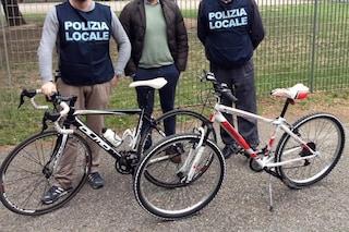 Milano, ciclista cade dalla bici per sfuggire al fermo della polizia: nascondeva nello zaino