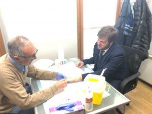 L'assessore alle Politiche sociali, Pierfrancesco Majorino, effettua il test dell'Hiv al Centro