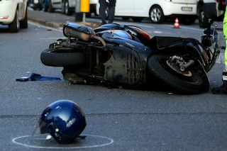Incidente in scooter in via Novate a Milano: 28enne sbatte contro un cartello stradale, è grave
