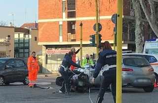 Milano, incidente tra un'auto e uno scooter in viale Liguria: un ferito e traffico in tilt