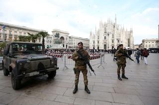 Milano, via i militari all'ingresso di piazza Duomo: al loro posto ci sarà la vigilanza privata