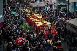 Capodanno cinese a Milano: le immagini suggestive della parata tra musiche, danze e colori