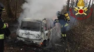 Uggiate Trevano: vigili del fuoco spengono auto in fiamme e al suo interno trovano un cadavere