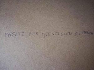 Una delle scritte apparse sul muro di casa della famiglia Pozzi a Melegnano (Facebook)