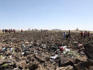 I soccorritori sul luogo dello schianto del Boeing 737 in Etiopia