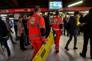 Brusca frenata in metro a Milano, i passeggeri cadono a terra: sei contusi