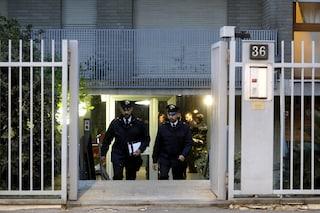 Anziani coniugi trovati morti in casa a Milano, la nuova ipotesi: un doppio suicidio