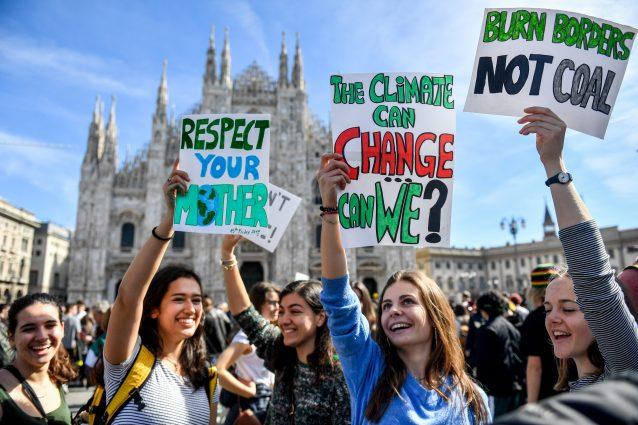 I giovani manifestanti allo sciopero per il clima a Milano (LaPresse)