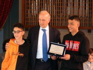 """Il ministro dell'Istruzione Bussetti con due dei ragazzini """"eroi"""" (LaPresse)"""