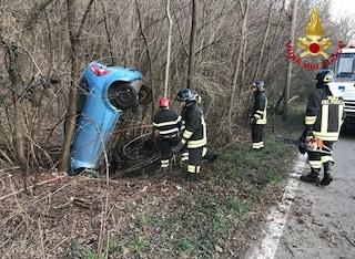 Auto sbanda si ribalta in un fossato: pensionato morto in un incidente a Luino