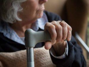 Brescia, ladri di notte in una villetta a Mazzano: la nonna di 85 anni li mette in fuga
