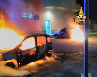 Paura a Rozzano: in fiamme due auto delle Poste alimentate a metano