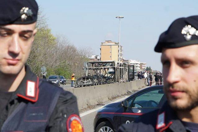 Alcuni carabinieri sul luogo dell'incendio del bus a San Donato Milanese