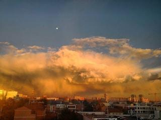 Milano, le nuvole sembrano invadere la città: il cielo apocalittico diventa virale sui social